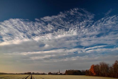 Ausgefranste Wolkenfront über Kirche 10.12.2020