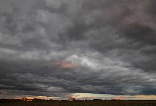 Dunkle Wolkendecke mit Hochhäusern 03.10.2020