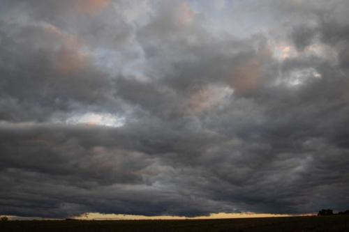 Dunkler Wolkenteppich mit Abendlicht 03.10.2020