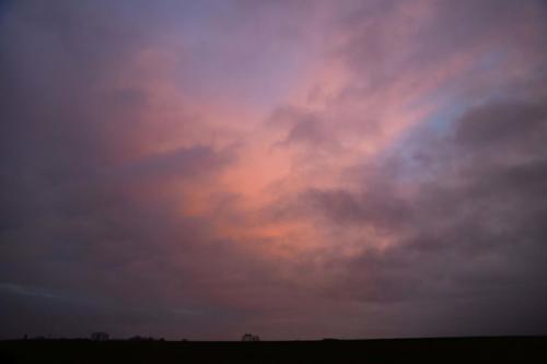 Rötliches Leuchten in dunklen Wolken 15.12.2020