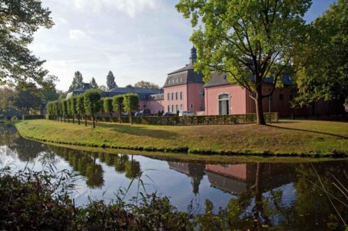 Schloss Wickrath seitlich mt Graben 13.10.2016